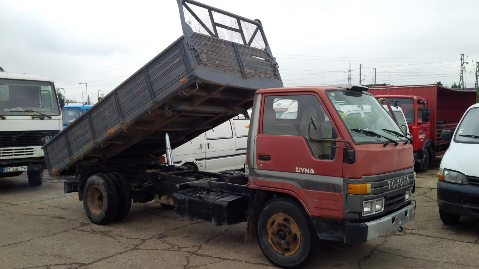Left hand drive Toyota Dyna 250 6 tyres 3 way tipper