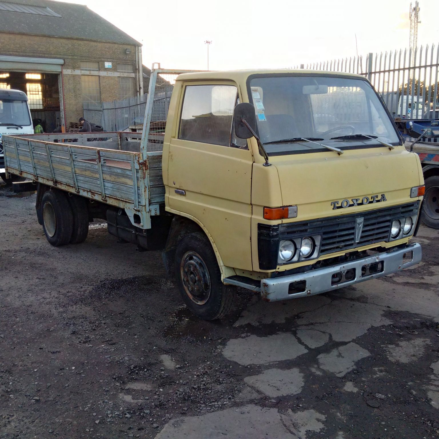 Left hand drive Toyota Dyna BU30 6 tyres long wheel base truck