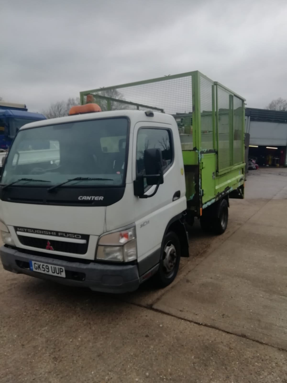 Mitsubishi Fuso Canter – Caged tipper with tail-lift, 2009 only 87,000 miles