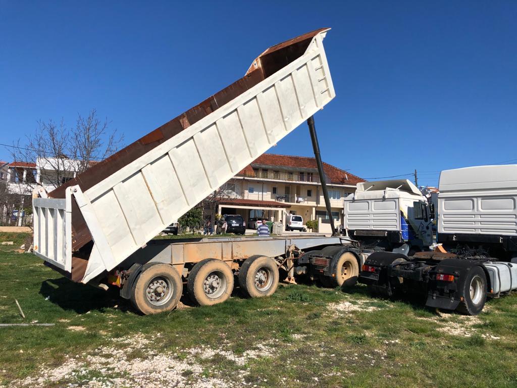 Tri axle tipping semi-trailer, 32 ton GVW, On spring suspension
