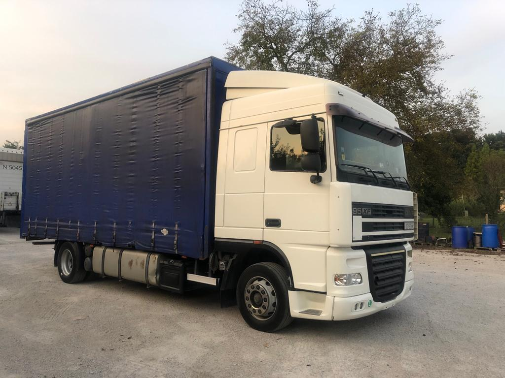 Left Hand Drive, DAF XF95, 430hp, Curtainsider, Manual gearbox, Air conditioning